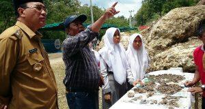 Berkunjung ke Situs Loyang Mendale, Dr. Ketut Jelaskan Objek Penelitian ke Pak Nas