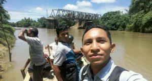 Ingin Cepat, Masyarakat Naik Boat Melintas Krueng Tingkeum Kutablang