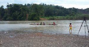 Warga Simpang Jernih ke Kebun Seberangi Sungai Pakai Boat