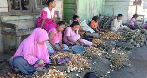 Perempuan Pengikis Pinang di Karang Ampar