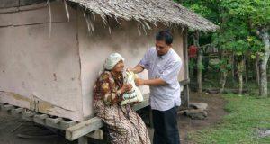 """Air Mata Nek Buleun Saat Terima """"Syantah Ramadhan"""" dari Ikat Aceh"""