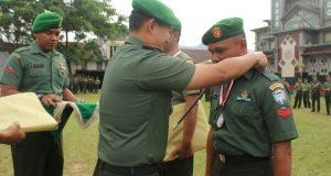 Dandim 0106/AT-BM Serahkan Hadiah Bagi Prajurit Berprestasi