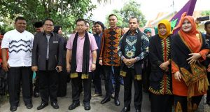 Putra SBY Kenakan Pakaian Kerawang Gayo Kungker ke Aceh