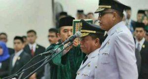Duo Gayo Apit Irwandi Yusuf Saat Pengambilan Sumpah Sebagai Gubernur