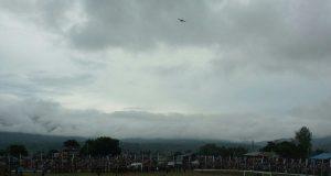 Pesawat Irwandi Bermanuver di Atas Langit Stadion 1000 Bukit