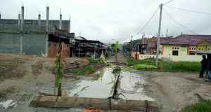 Berkubang, Warga Tutup Jalan Alfitrah Menuju Dermaga Takengon