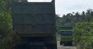 Hilir Mudik Truk Pengangkut Material, Jalan Peurelak-Lokop Serbejadi Rusak