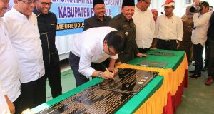 Rektor Unsyiah Serahkan RS Kontainer Kepada Bupati Pijay
