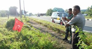 Aparat TNI dan Polri Turunkan Bendera Alam Peudang di Lhokseumawe