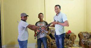 Warga Aceh Barat Serahkan 1 Pucuk Senjata AK 56 ke Kodim 0105/Abar