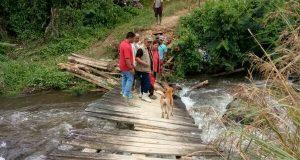 Jembatan Kala Tenang Bener Meriah Ambruk, Pengendara Sepmor Jatuh ke Sungai