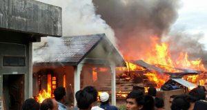 Kebakaran Hebat Hanguskan 6 Rumah di Kala Tenang Bener Kelifah