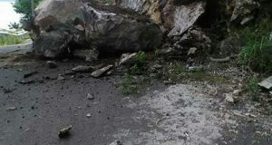 Bongkahan Batu Jatuh ke Badan Jalan Takengon-Bintang, Hati-Hati Melintas!