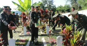 Peringati HUT TNI ke-72, Kodim 0106/AT-BM Ziarah dan Tabur Bunga di TMP