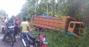 Rem Blong, Truk Pengangkut Batu Terperosok di Jalan Eks PT KKA