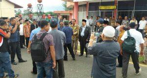 "Kocak! Irwandi Candai Ketua Tim P2K Aceh, ""Cuaca Buruk, Peu Ka Puleh Jantung Kah?"""