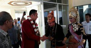 Tiba di Bandara SIM, AHY dikalungi Bunga oleh Pimpinan DPRA