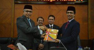Wagub Aceh Serahkan Dokumen RPJMA ke DPRA