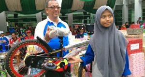 Ulang Tahun ke-57 Kakanwil Kemenag Aceh Serahkan Hadiah Kepada Peserta Jalan Santai Kerukunan