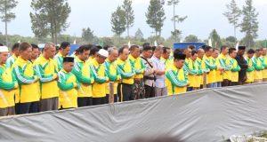 Bupati Ahmadi Imami Shalat Zuhur di Lapangan Sengeda