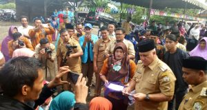 Bupati Aceh Tengah Serahkan Dana Hibah dari BUMAK untuk 31 Desa di Kecamatan Ketol