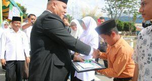 Kemenag Aceh Tengah Berikan Penghargaan Bagi PNS dan Siswa Berprestasi