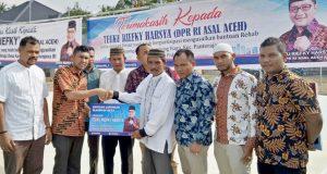 Teuku Riefky Harsya Salurkan Beasiswa PIP, Fasilitas Olah Raga, dan Alat pertanian di Pidie dan Pijay
