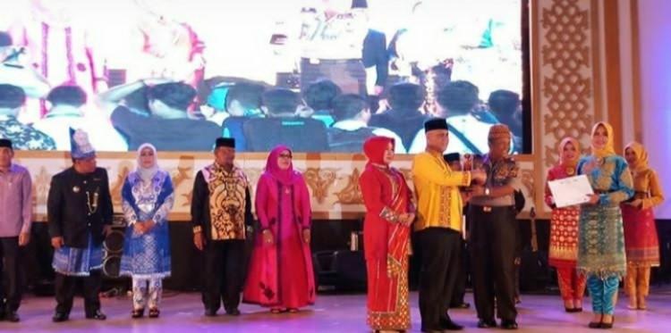 Shabela Abu Bakar Menerima Penghargaan sebagai juara harapan 1 umum PKA 7