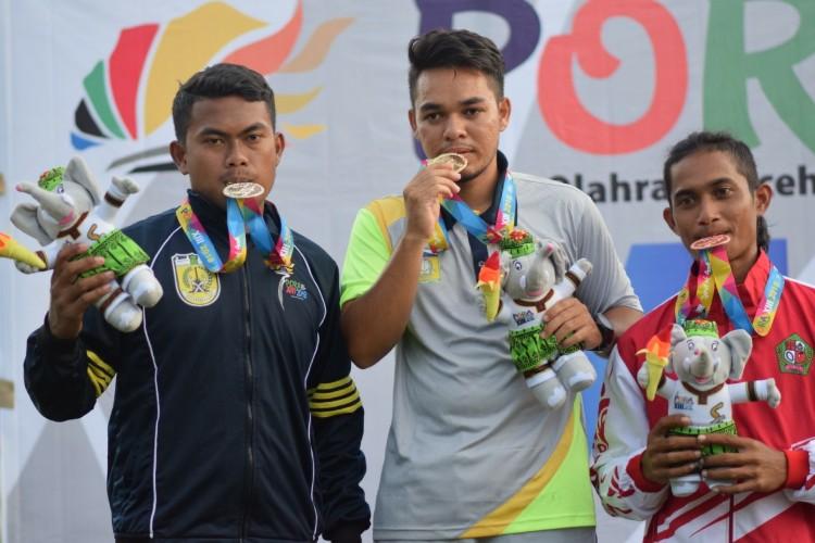 Riska Wanperala (tengah) ketika menerima medali emas pada Cabor panahan PORA XIII di Aceh Besar (Foto: Fahzian Aldevan)