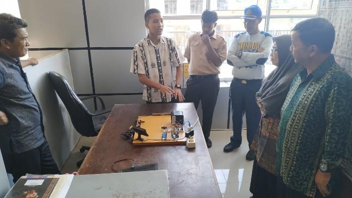 Dua Siswa SMAN 1 Takengon Sedang Presentasikan Cara Kerja SPAM
