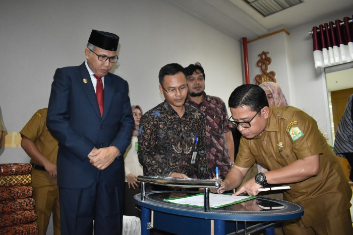 Sekdis Sosial Aceh Devi dan Plt Gubernur
