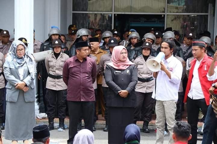Susilawati Srikandi DPRK Aceh Tengah Mendengarkan Orasi dari Orator Tolak Tambang
