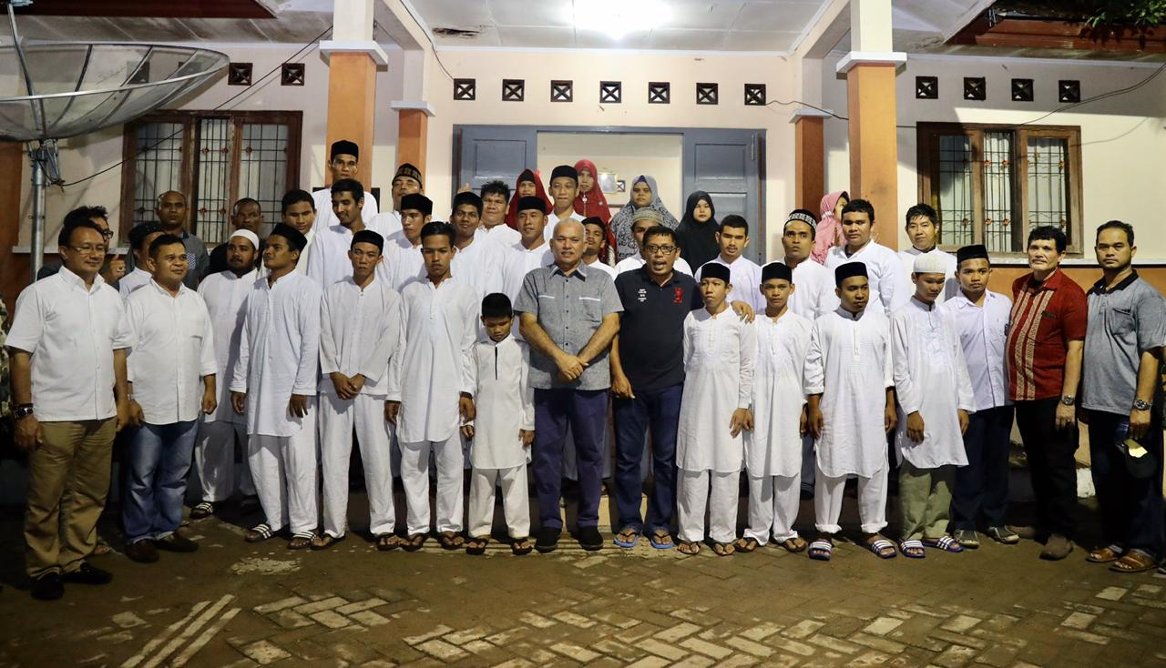 Foto bersama warga binaan UPTD Rumoh Seujahtera Beujroeh Mekarya (RSBM) di Ladong, Aceh Besar