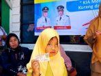 Seorang anak memperlihatkan KIA yang baru diterima dari petugas Dinas Dukcapil Aceh Tengah.